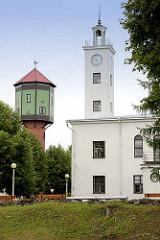 Uhrenturm vom Rathaus in Fellin / Viljandi, Estland; lks. der historische Wasserturm.