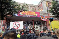Konzert an der Roten Flora im Hamburger Schanzenviertel - Zeit für einen Aufschrei, unsere Alternative heisst Solidarität.