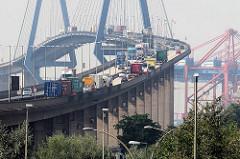 Lastwagenverkehr auf der Köhlbrandbrücke in Hamburg - im Hintergrund Containerbrücken vom Terminal EUROGATE.
