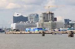 Moderne Architektur in der Hamburger Hafencity - im Vordergrund der Strandhafen mit dem Kreuzfahrtterminal.