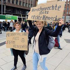 "Demonstration ""Bündnis gegen Rechts"" in Hamburg - Plakate Menschenrechte statt rechte Menschen."
