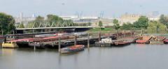 Ausblick über den Travehafen zur Travehafenbrücke, der ehem. Einfahrt zum Ellerholzkanal; re. im Hintergrund Verwaltungsgebäude vom ehem. Buss-Hansa-Terminal, dessen Betrieb Ende 2016 eingestellt wurde.