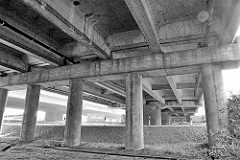 Stelzen, Betonpfeiler der Fahrbahn / Autobahn A 7 in Hamburg Waltershof.