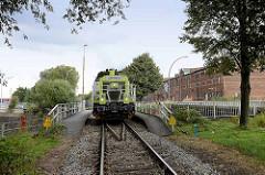 Lokomotive der Hafenbahn, Güterzug an der Dessauer Strasse in Hamburg Kleiner Grasbrook. Diesellok Vossloh G6 Captrain, Rangierlok im Hamburger Hafen.