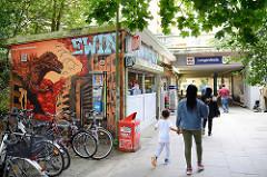 Kiosk mit bunter Fassadenmalerei / Grafitti am Hamburger S-Bahnhof Langenfelde.