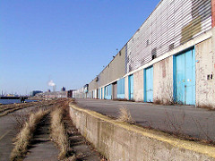 Stillgelegte Lagerschuppen / Laderampe am Versmannkai / Versmannstrasse beim Hamburger Baakenhafen; Schienen mit Wildkraut überwuchert. (2006)