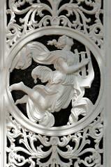 Schmiedeeisernes Dekor / Detail, Eingangstür der Gemeindebücherei von Stelle, vormals Lehrer-Wohnhaus + davor altes Schulgebäude.