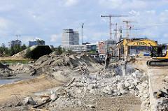 Abbrucharbeiten von der Kaimauer am Versmannkai im Hamburger Baakenhafen / Hafencity.