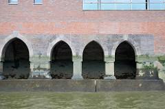 Fundament, Kasematten - ursprüngliche Architektur am Zollkanal in der Hamburger Speicherstadt / Hafencity.