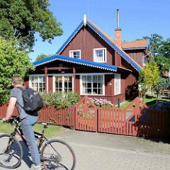 Holzhaus mit Wintergarten und Holzzaun in Nida / Nedden, Kurische Nehrung in Litauen.