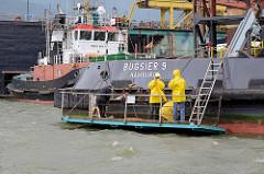 Werftarbeiter am Reiherstieg in Hamburg Steinwerder - Ponton an der Bordwand vom Schlepper Bugsier 9.