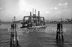 """Die Eisenbahnfähre """"Fährschiff II"""" überquert mit einigen Güterwaggons den Köhlbrand; das Fährschiff, auch Trajekt genannt, war bis zum Bau der Köhlbrandbrücke 1974 die einzige direkte Verbindung von Waltershof nach Steinwerder."""