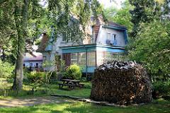Villa mit großem Wintergarten - Holzstoss mit Kaninholz in Juodkrante, Kurische Nehrung.