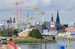 Ausblick von der Baakenwerder Straße zu den Baustellen am Baakenhafen in der Hamburger Hafencity; im Vordergrund die Aussichtsplattform vom Baakenpark.