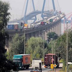 Lastwagenverkehr im Hamburger Hafen - Köhlbrandbrücke.