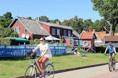 Holzhäuser, Ferienhäuser an der Uferpromenade von Nida auf der Kurischen Nehrung in Litauen.