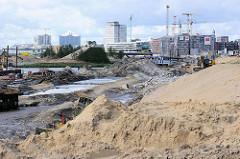 Blick von der Baakenwerder Straße zur Baustelle am Baakenhafen - im Hintergrund Neubauten in der Hamburger Hafencity.