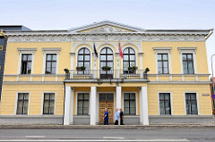 Gebäude mit stuckverziertem Gesims - Kapitell; Architektur in  Fellin / Viljandi, Estland.