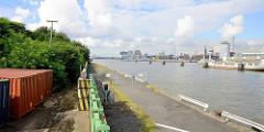 Ausblick vom Holthusenkai über die Elbe zur Hamburger Hafencity - re. ein Auflieger an den Dalben im Fluß.