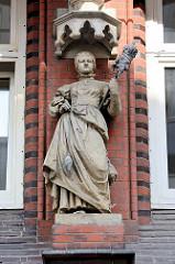 Skulptur an der Fassade der Münzburg in Hamburg Hammerbrook.