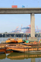 Schuten / Leichter unter der Auffahrt zur Köhlbrandbrücke im Rugenberger Hafen, Stadtteil Hamburg Waltershof;  im Hintergrund die Autobahn A7 und Containerkräne.
