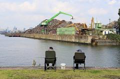 Angler im Hamburger Hafen - Blick auf den Rosshafen, re. die ehem. Einfahrt zum Ellerholzkanal. Am Rosskai ein grosses Schrottlager mit Kran.