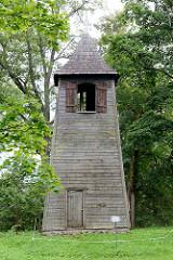 Alter Holzglockenturm / Zvanu tornis beim Schloß der ehem. Hansestadt Straupe.