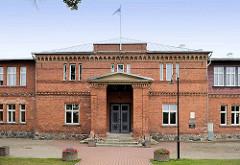 Backsteingebäude - Schule in  Fellin / Viljandi, Estland.