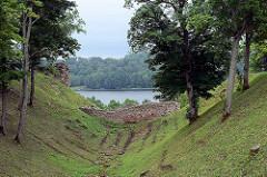 Reste alter Mauern der Ordensburg auf dem Schlossberg mit Ausblick auf den See in Fellin / Viljandi, Estland.