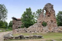 Reste alter Mauern der Ordensburg auf dem Schlossberg  in Fellin / Viljandi, Estland.