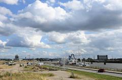 Blick über den Kirchenpauerkai zur Norderelbe und den ehem. Verladeeinrichtungen / Gebäuden vom Hamburger Überseezentrum  auf dem Kleinen Grasbrook; im Hintergrund die Elbbrücken.