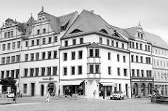 Historische Geschäfts- und Wohngebäude am Markt von Torgau; Schwarz-Weiß Darstellung.