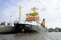 Forschungsschiff Atair des  Bundesamtes für Seeschifffahrt und Hydrographie (BSH) am Kirchenpauerkai im Hamburger Hafen.