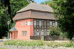 Historische Architektur in Pretzsch / Elbe; Fachwerkgebäude / Nebengebäude vom ehem. Amtsgericht - jetzt Heimatmuseum.