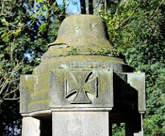 Denkmal an die Gefallenen der Weltkriege - mit Stahlhelm und Eisernem Kreuz -  Vorplatz der Kirche St. Gertrud in Hamburg Altenwerder.