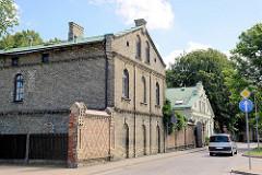 Ziegelgebäude und Ziegelmauer - Architektur in Ventspils / Windau, Lettland.