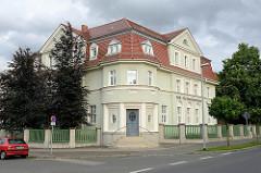 Eckvilla mit rundem Eingangserker - Krankenkasse in der Wolffersdorffstraße von Torgau.