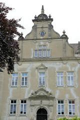 Giebel der ehemaligen Mädchenschule des Königlichen Militärwaisenhauses in Pretzsch