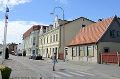 Wohnhäuser in unterschiedlichen Bauformen; Ventspils / Windau, Lettland.