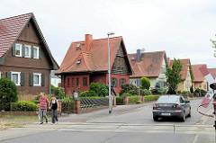 Einzelhäuser mit Satteldach und Holzfassade / Holzluken - kleiner Vorgarten; Bahnübergang / Naundorfer Straße in Torgau.