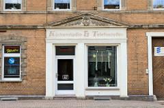 Geschäft mit Fassadenaufschrift  - Küchenstudio & Telefonladen - Dommitzsch, Nordsachsen.