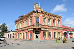 Einstöckiges Gründerzeit-Eckgebäude; Geschäfts- und Wohnhaus in Ventspils / Windau, Lettland.