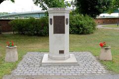 Gedenkstein - Bund der Vertriebenen am Elbufer / Brücke von Torgau.