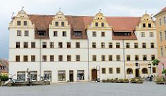 Markt von Torgau, Gebäude mit Mohrenapotheke. Renaissancebau mit markanten Zwerchhäusern.