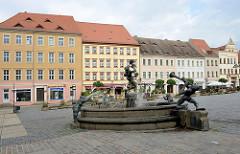 """Brunnen """"Narren und Musikanten"""" auf dem Marktplatz von Torgau - erbaut 2000, Künstlerin Erika Harbort."""