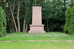 Denkmal an die Schlacht bei Wartenberg 1813; ursprünglich 1863 von Schinkel entworfen, abgebrochen in den 1960er Jahren - Gedenkstein neu aufgestellt 1963, Künstler Erich Viehweger.