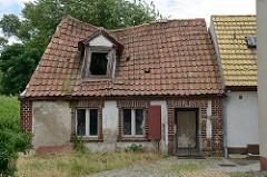 Kleines Wohnhaus mit eingesunkenem Satteldach; leerstehendes Gebäude in der Fischerstraße von Pretzsch (Elbe).