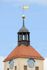 Spitze vom Treppenturm des Schlosses Pretzsch (Elbe); Uhren und goldene Wetterfahne mit der Inschrift CE 1724 + 2001.