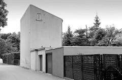 Schlichter Zweckbau mit nur einem Fenster - Garagen; Bilder aus Torgau / Elbe.
