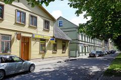 Wohnhäuser mit Geschäften - Holzfassaden; Architekturbilder aus Ventspils / Windau, Lettland.